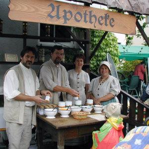 Bild KneippErlebnisHof 2004 - am Apothekenstand wurden Badesalze gemischt