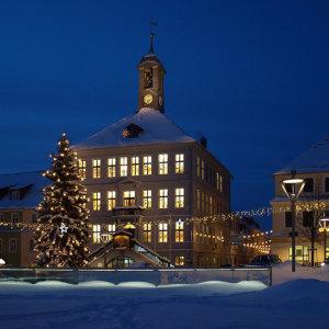 Bild Rathaus und Weihnachtsbaum mit festlicher Beleuchtung vis-à-vis der Stadt Apotheke